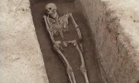 Kostra v odkrytém hrobě