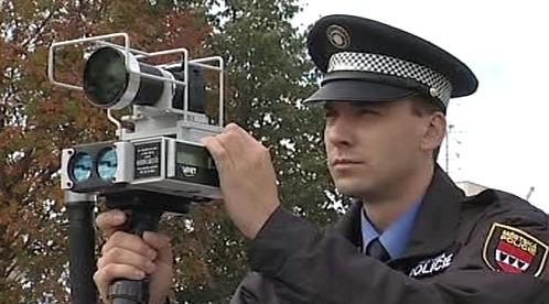 Strážník měřící rychlost