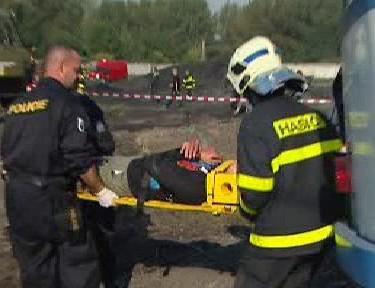Hasiči vyprošťují zraněného
