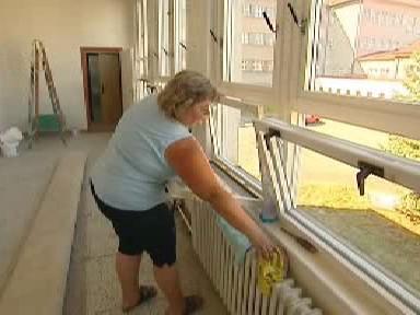 Personál uklízí školu před začátkem školního roku
