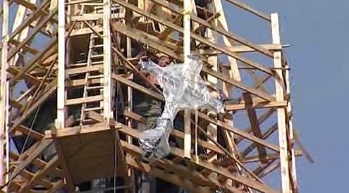 Instalace kříže na kostel sv. Jana Nepomuckého