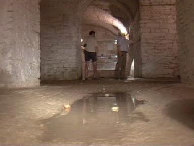 Vlhkost ničí podzemí slavkovského zámku