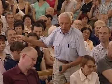 Muž v diskusi vyjadřuje svůj názor
