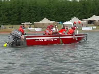 Hasiči nacvičují zásah na lodi