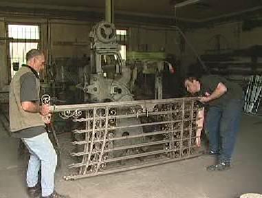 Kováři opravují kovové brány