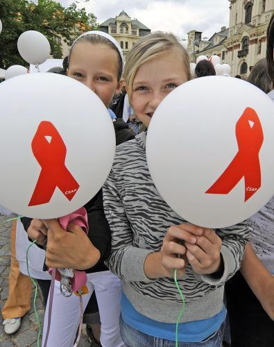 Vypouštění balonků na připomínku HIV pozitivních