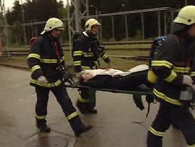 Hasiči přepravují zraněného