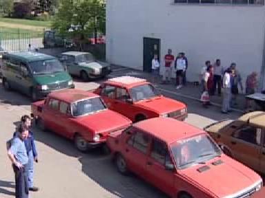 Majitelé přivážejí stará auta k likvidaci