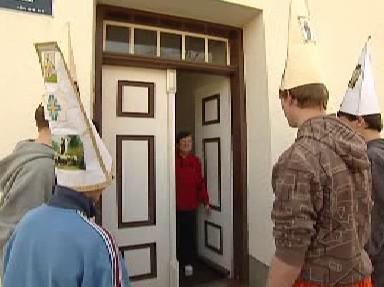 Obyvatelé v Kuníně vítají klapotáře