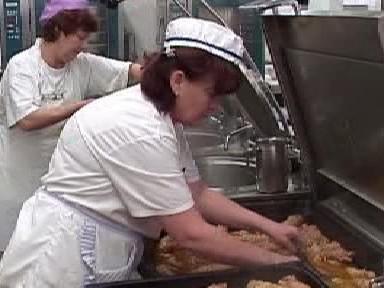 Kuchařky ve školní jídelně  připravují jídlo