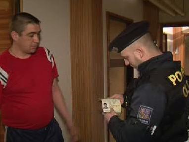 Policista při kontrole dokumentů
