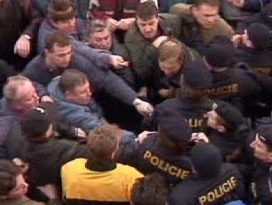 Střet sklářů s policií v roce 2002