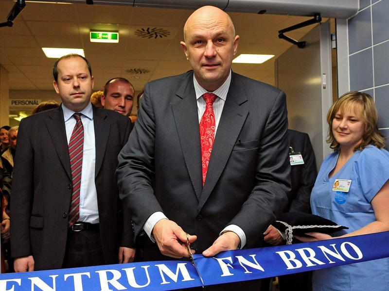 Tomáš Julínek otvírá nové traumacentrum