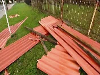 Část střechy, kterou odnesl vítr
