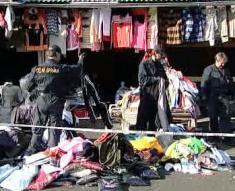 Celníci při razii na tržnici