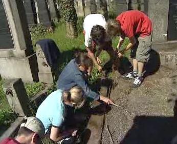 Školáci udržují hřbitov
