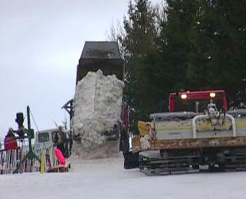Vykládání sněhu na sjezdovce