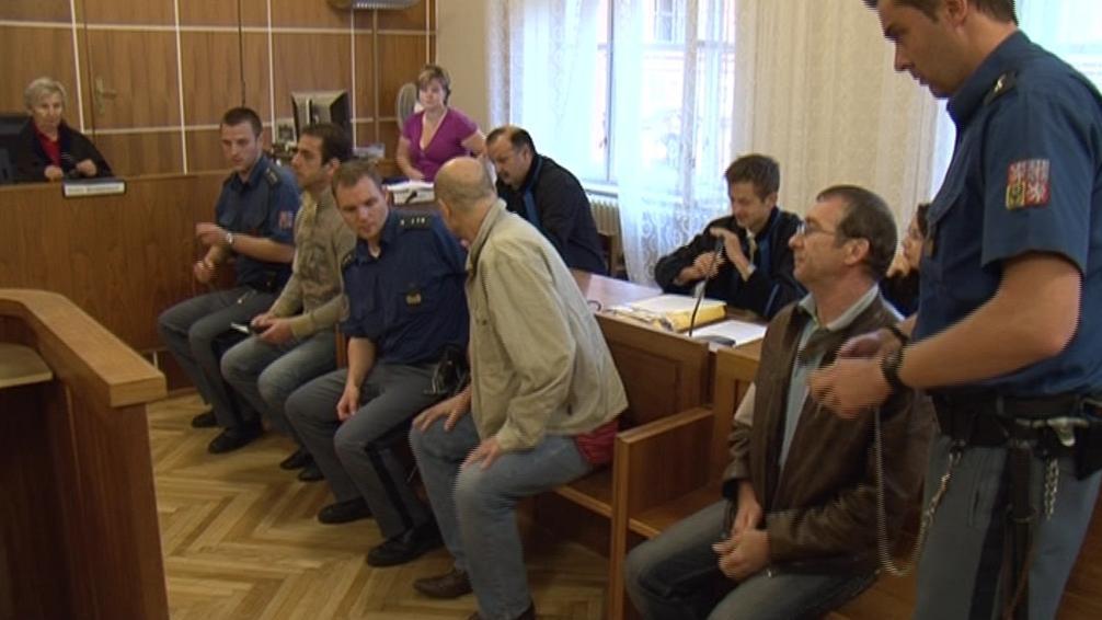 Muži obvinění z pašování heroinu před soudem