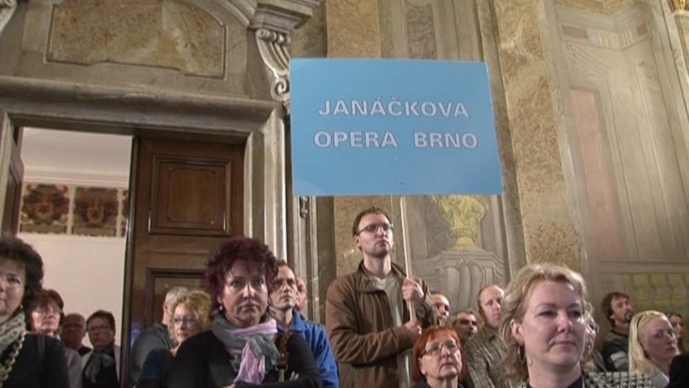 Opera protestuje proti propouštění