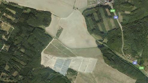 Na jih od Vranovské Vsi roste sluneční elektrárna (2010)