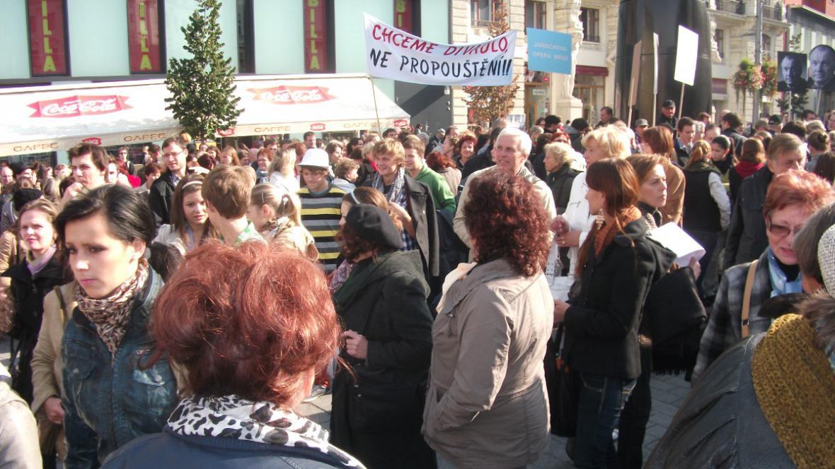 Dav protestující proti škrtům v kultuře