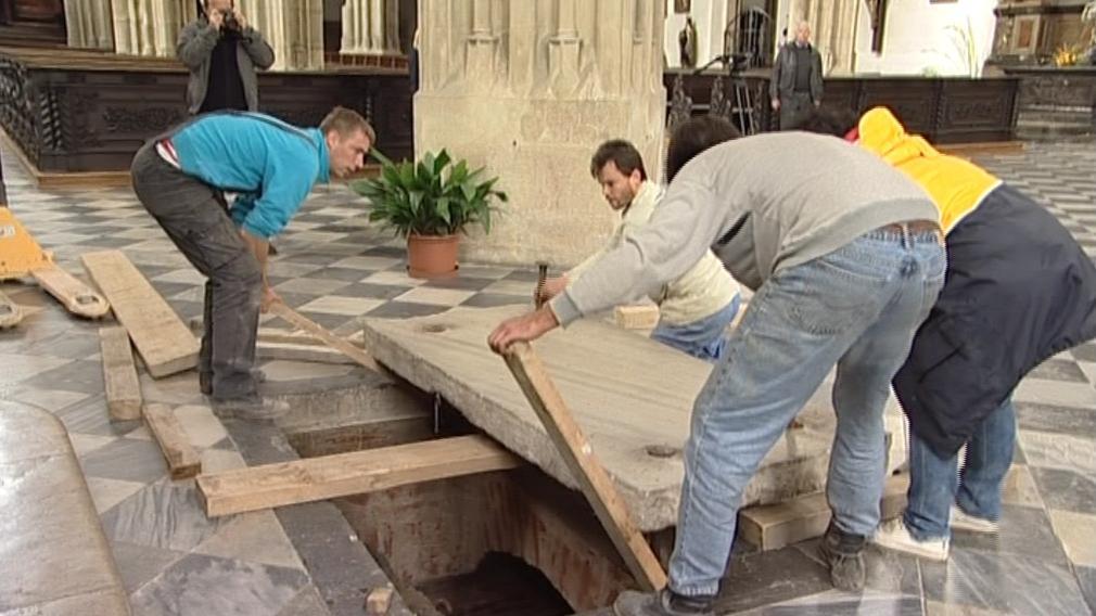 Odkrývání víka od krypty kostela sv. Jakuba