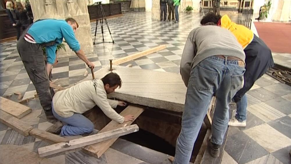 Odkrývání víka od krypty v kostele sv. Jakuba