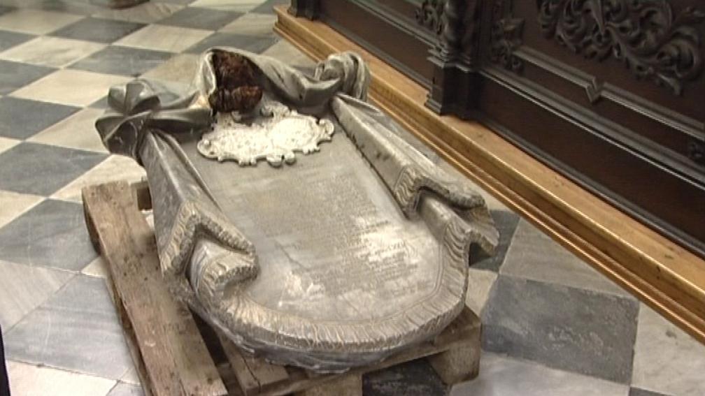Jeden z vyzvednutých náhrobků
