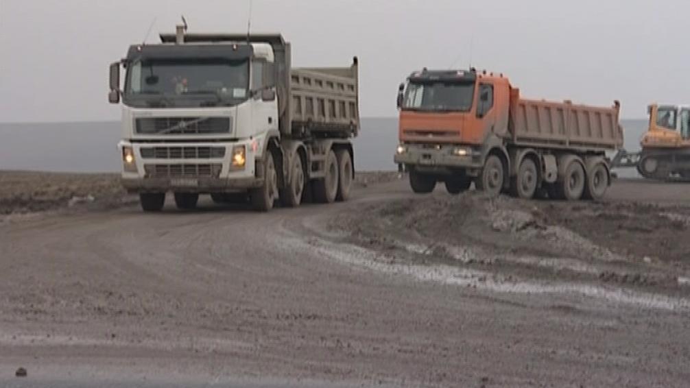 Kamiony přivážející zeminu znečišťovaly silnici