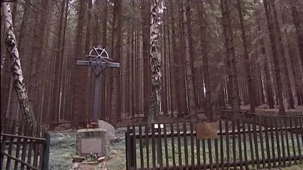 Pamětní kříž na tisíce Romů, kteří prošli internačním táborem Žalov