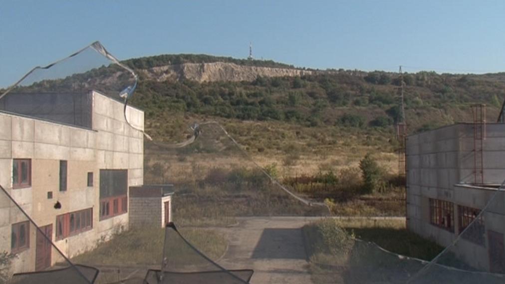 Nedokončenou továrnu pod vrchem Hády čeká demolice