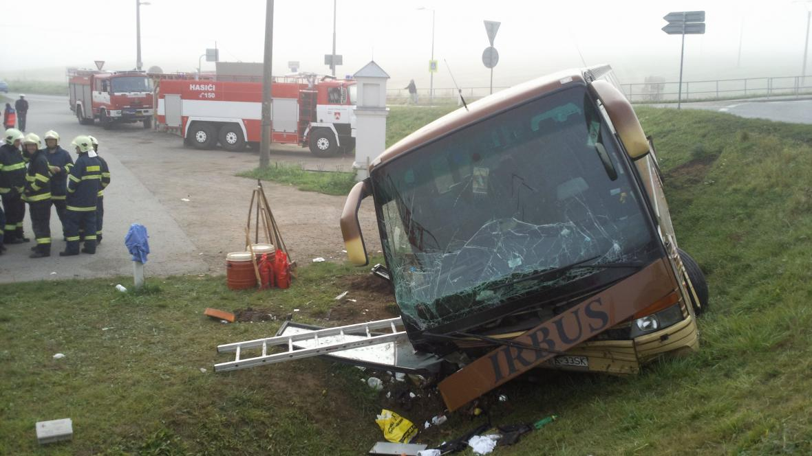 Polský autobus sjel u Černé Hory z kruhového objezdu
