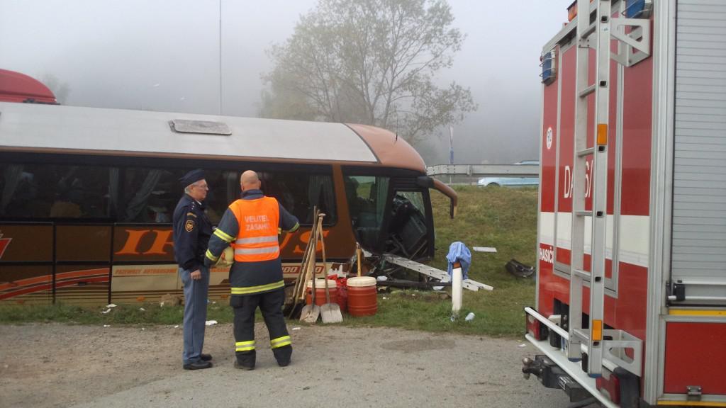U havarovaného autobusu asistovali hasiči