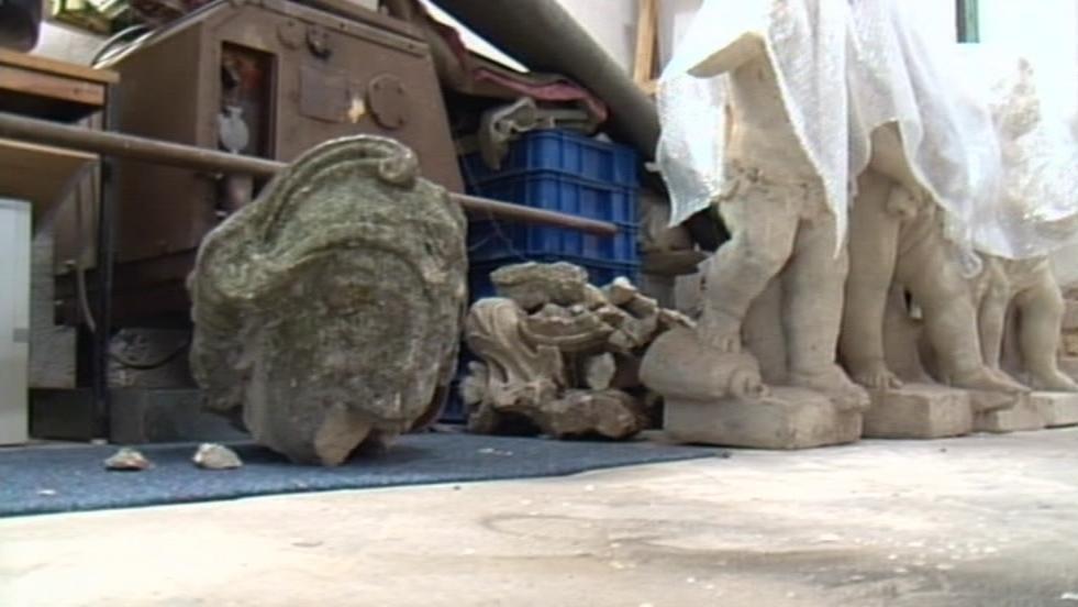 Utržená hlava sfingy a další poničené sochy z parku