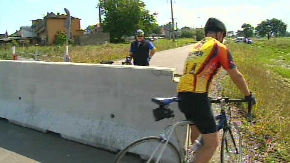 Cyklisté zátarasy objíždí a most u Pravčic běžně používají
