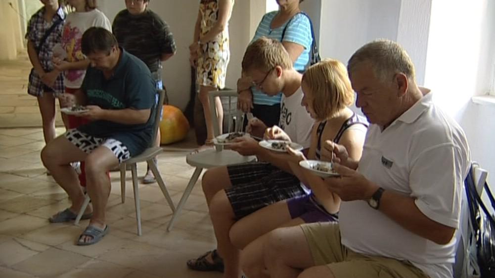 Návštěvníci si pochutnávají na jídle z hradní kuchyně