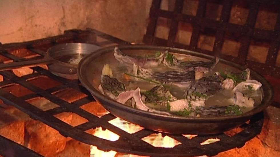 Příprava jídla na ohni