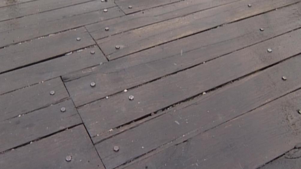 Dřevěná prkna na mostě se postupně rozpadají
