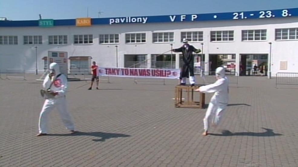 Taneční performance před brněnským výstavištěm