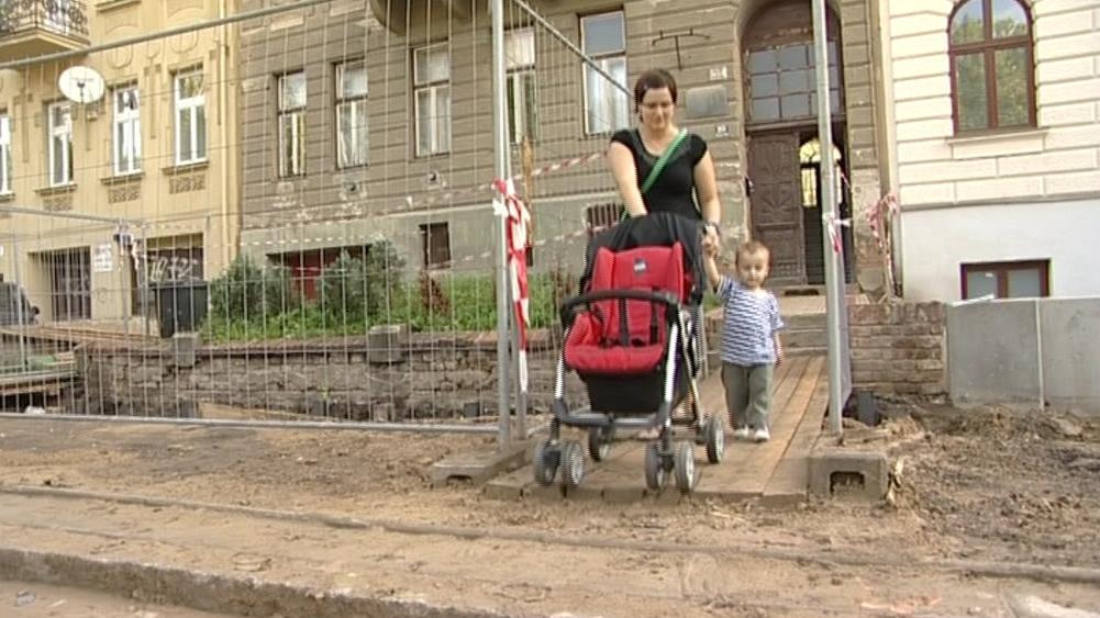 Rekonstrukce ulice znamená pro obyvatele nepohodlí i nebezpečí