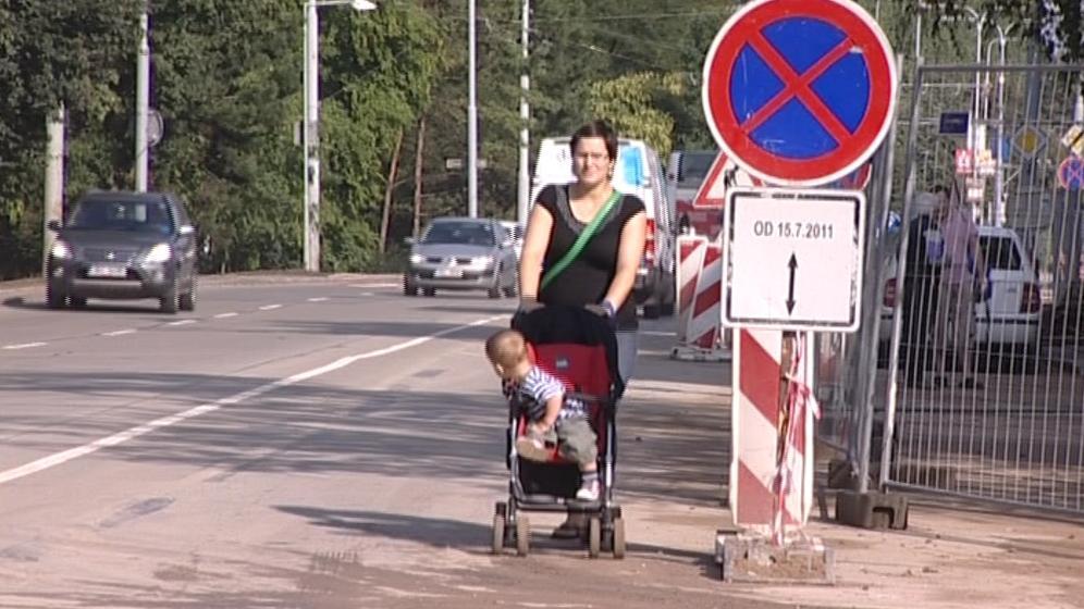 Lidé musí chodit podél jedoucích aut