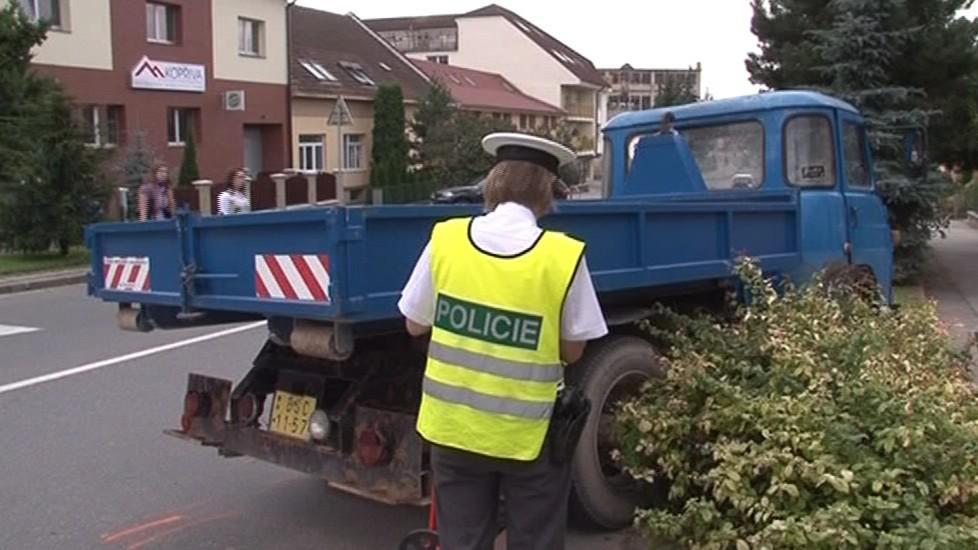 Policistka prohlíží havarovanou avii