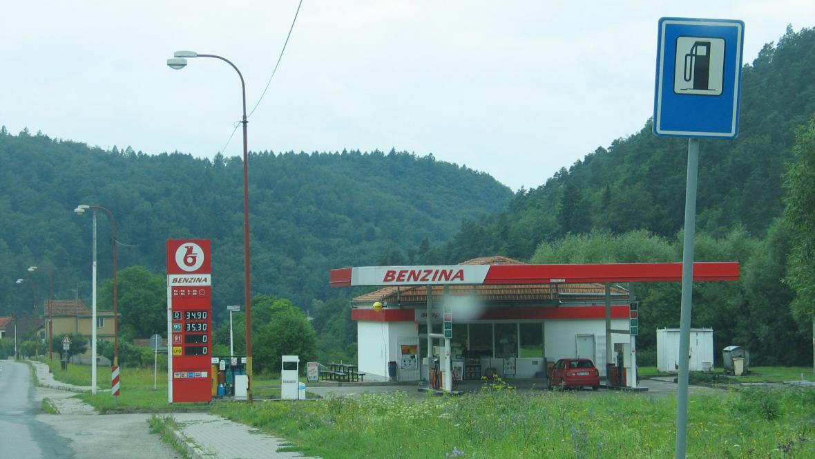 Značka upozorňuje na čerpací stanici na místě, kde je už vidět