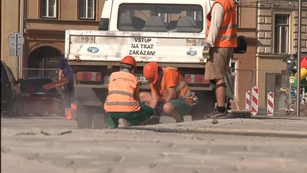 Dělníci dokončují práce na Komenského náměstí v Brně
