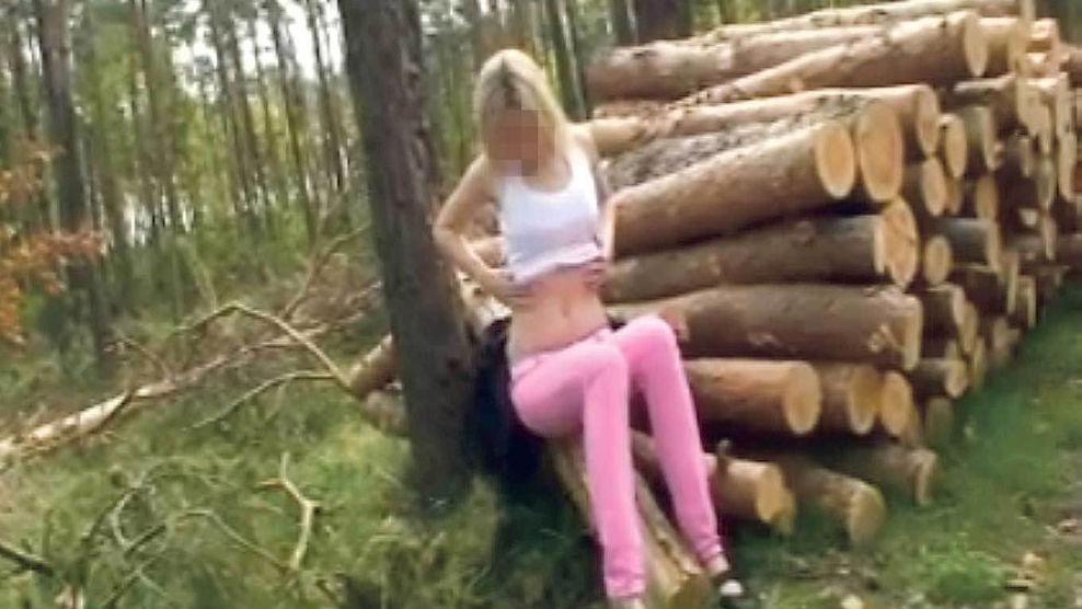 Záběr z pornografického snímku, na němž je nezletilá školačka