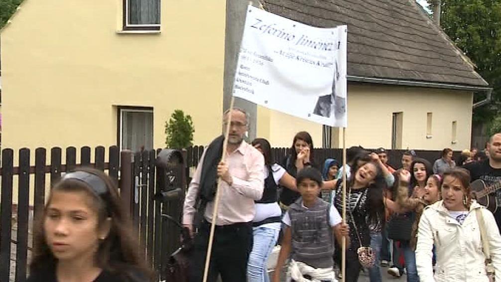 Průvod Romů na pouti v Poličné