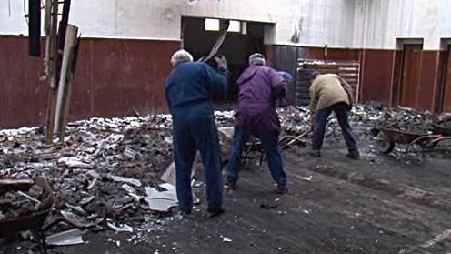 Dobrovolníci uklízejí vyhořelou sokolovnu