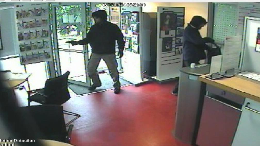 Maskovaní lupiči přepadli banku