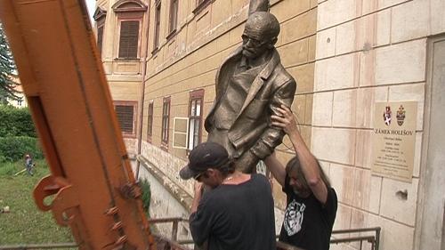 Stěhování sochy psychoanalytika Freuda od Davida Černého