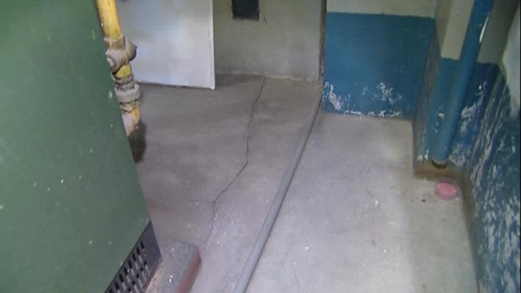 V některých domech po ražbě tunelů popraskaly podlahy